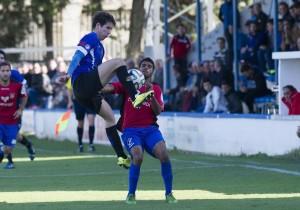 Mourad lucha con un rival para hacerse con un balón dividido. Foto: Xabi (noticiasdenavarra.com)