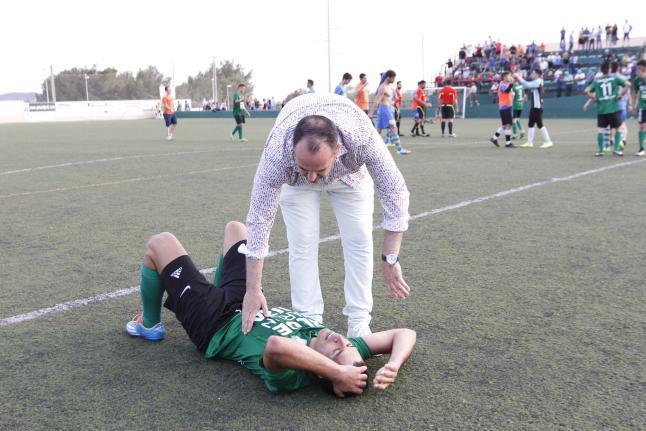 Sergio Tortosa trata de animar a un jugador suyo después del partido (Foto: Diario de Ibiza).