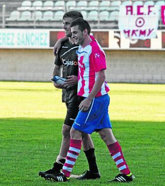 Francis Ferrón y el algecirista Iván, tras un partido de la pasada temporada.
