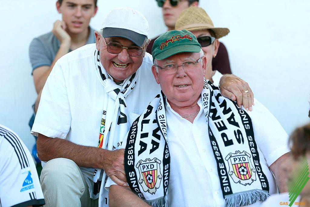 Dos aficionados de la Peña posan antes del partido.