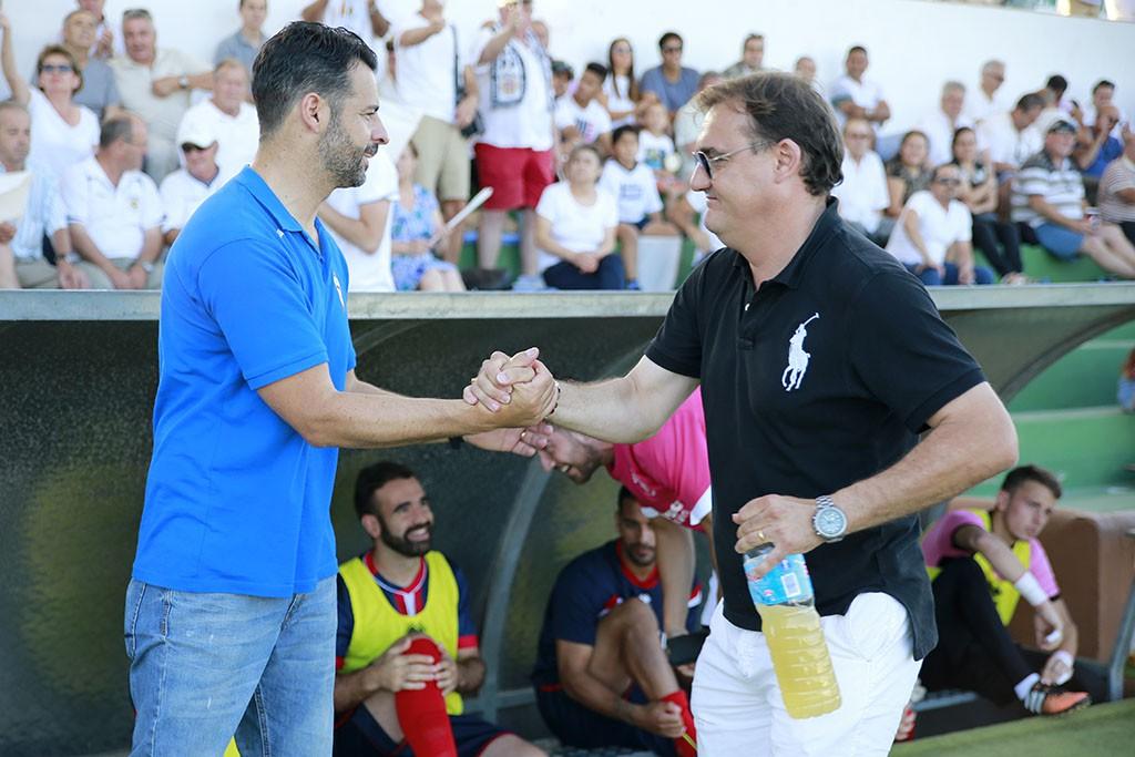 El técnico catalán saluda a Mere, del Algeciras.
