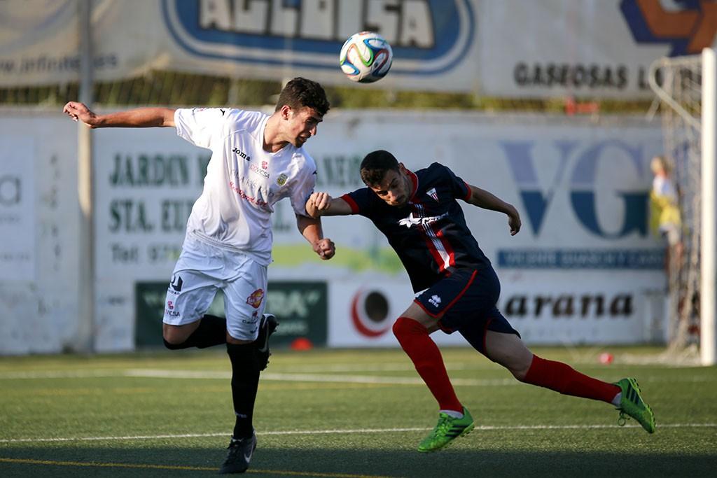 Una acción del partido disputado el pasado domingo en Santa Eulalia.