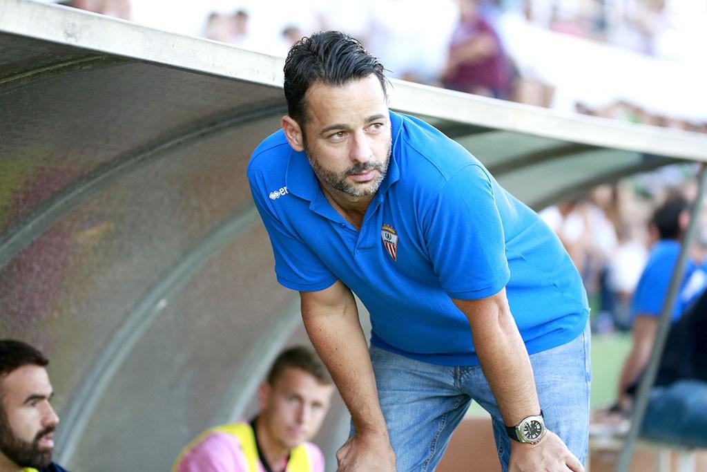 El entrenador del Algeciras, junto al banquillo visitante durante el partido de ida.