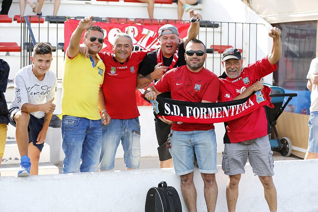 Aficionados del Formentera minutos antes de que diera comienzo el partido.