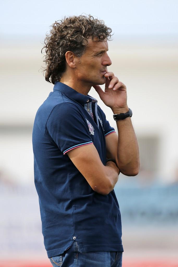 Luis Elcacho observa el juego de su equipo.
