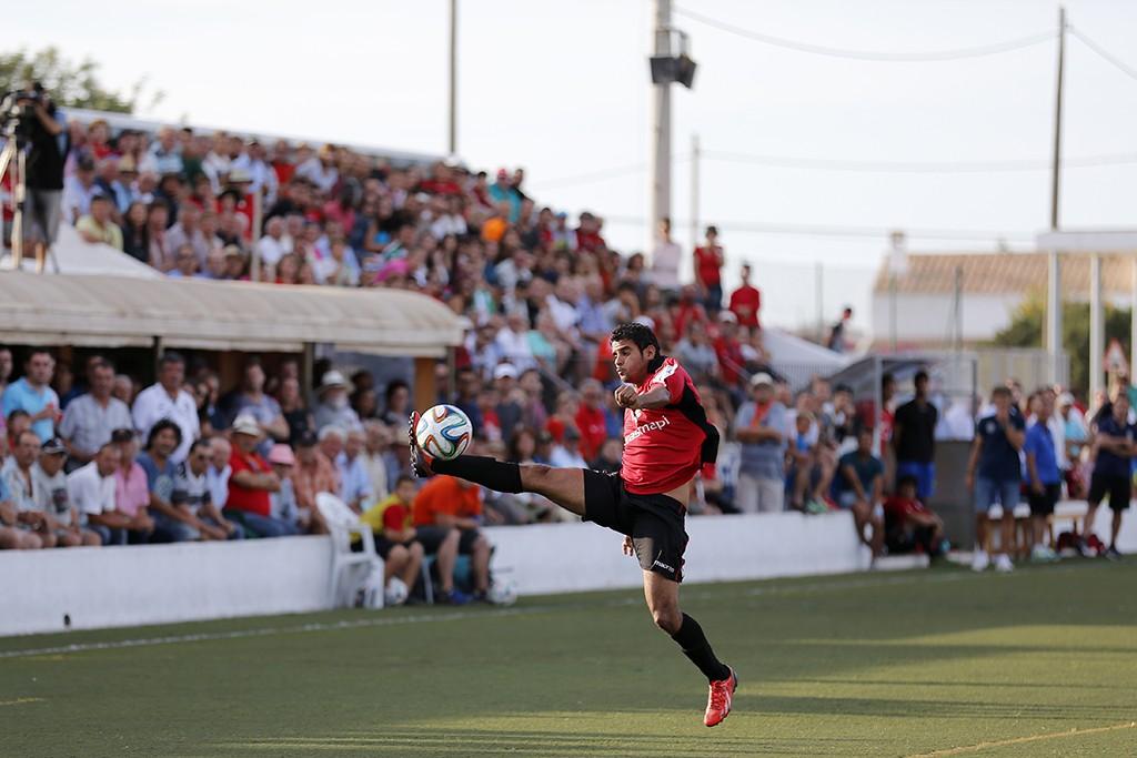 Mourad intenta controlar un balón en el partido del domingo pasado ante el Atlético Sanluqueño.