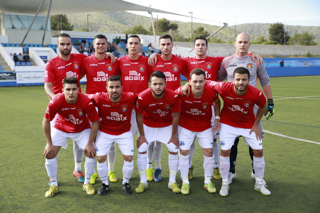 Una alineación del equipo ibicenco, con varios jugadores foráneos.