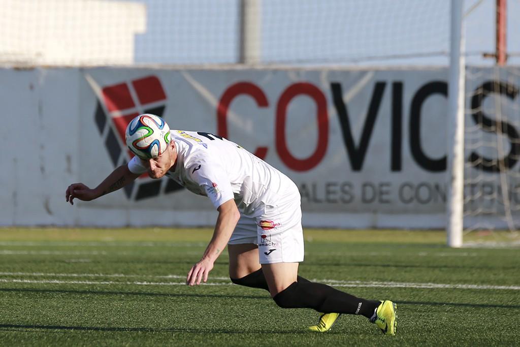 Adrián Rosa cabecea un balón en una acción del partido frente al Racing B.