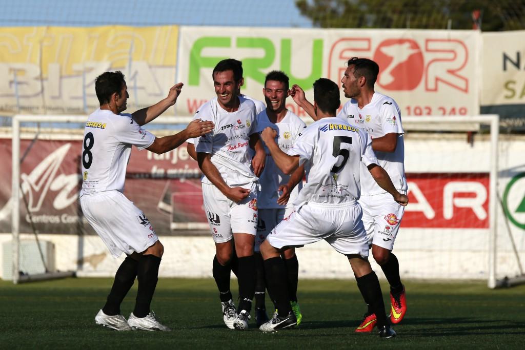 El delantero celebra con sus compañeros el gol que metió al Racing B.