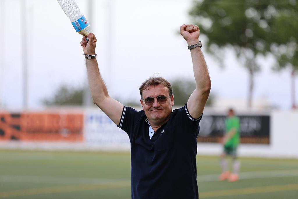 El entrenador catalán celebra el pase a la segunda ronda del play-off tras eliminar al Racing B.