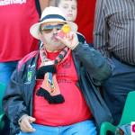 Un aficionado del Formentera anima a su equipo con una trompetilla.