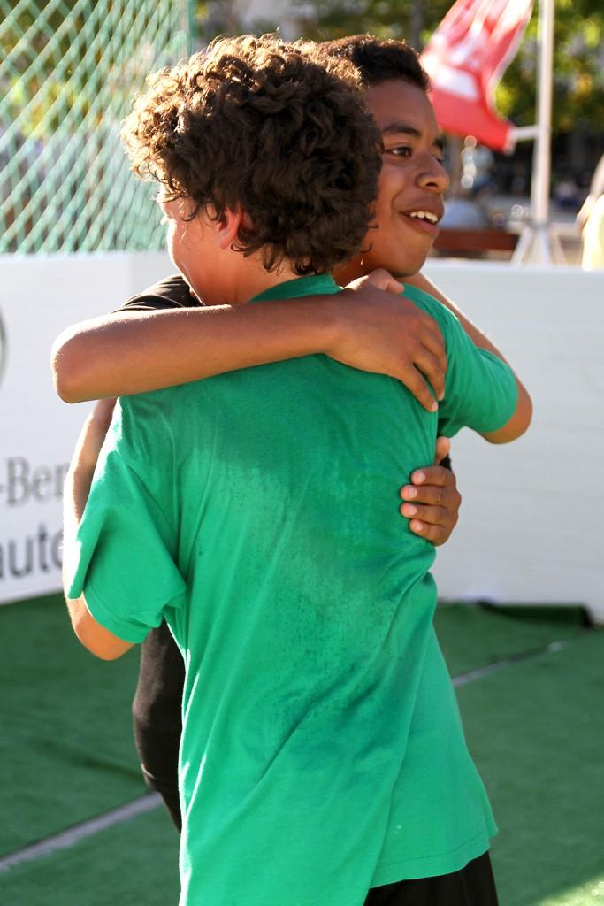Dos jugadores se funden en un bonito abrazo.