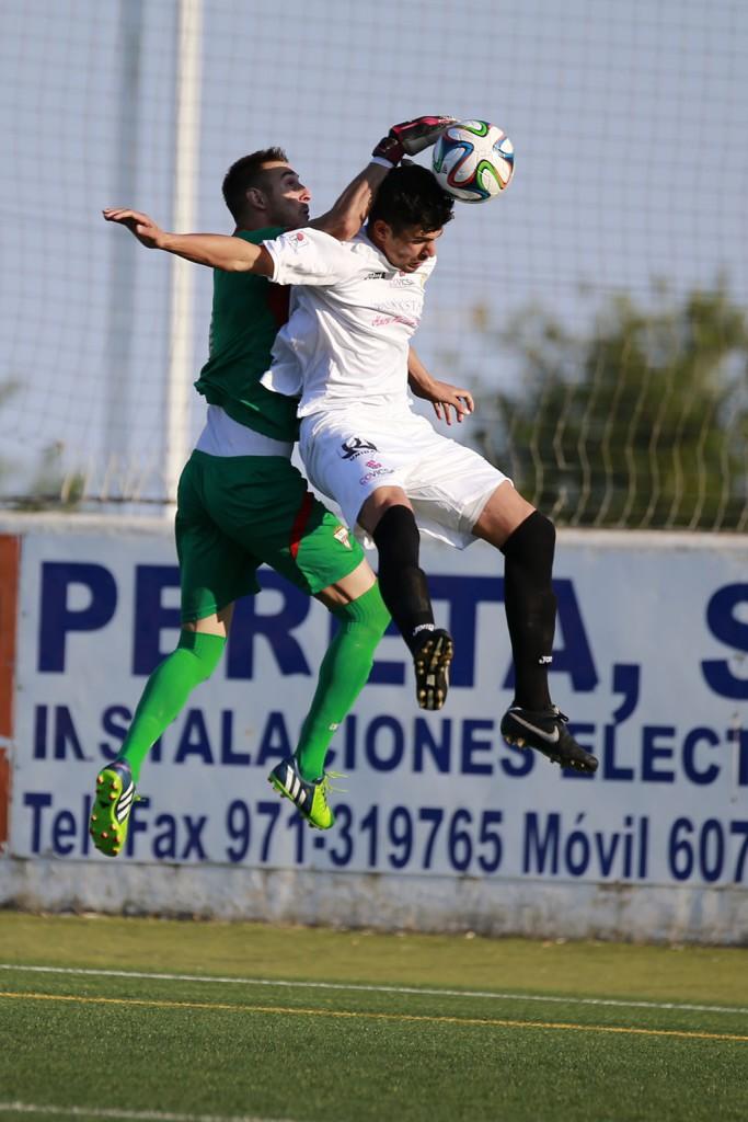 Una acción del partido disputado esta tarde en Santa Eulalia.
