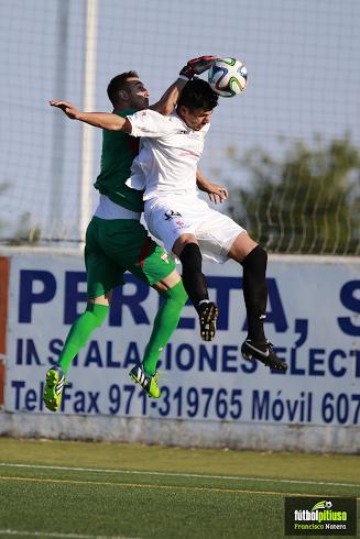 Baena lucha un balón con el portero del Algeciras en la pasada promoción de ascenso.