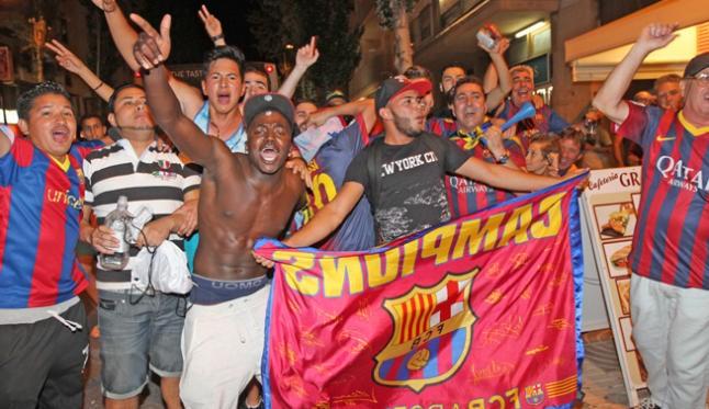 Un grupo de seguidores del Barcelona festejan en Vila la consecución de la quinta Liga de Campeones del club catalán