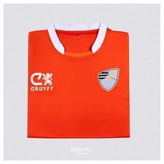 Una de las camisetas del club luce el nuevo escudo.