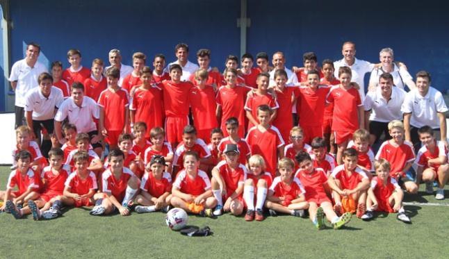 Los niños y los preparadores del ´stage´, en una foto de familia junto al futbolista internacional.