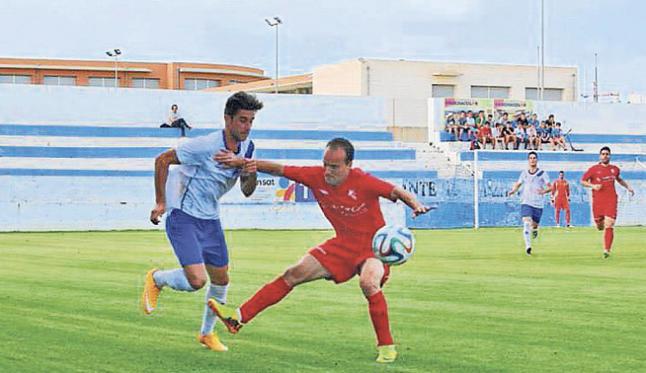 El primer fichaje del Formentera, en un partido con el Torrevieja. (Facebook).