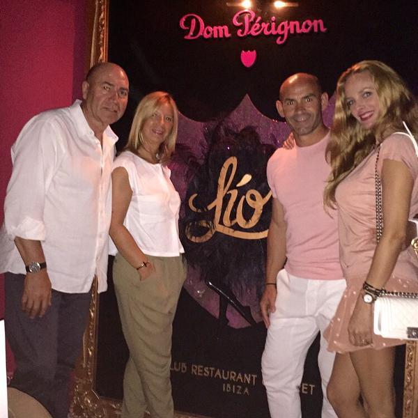 El entrenador disfruta de la noche ibicenca en compañía de su mujer y amigos Labi y Carmen.