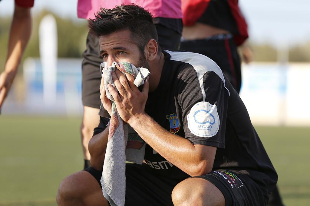 Marcos Contreras se muestra apenado al finalizar el partido.