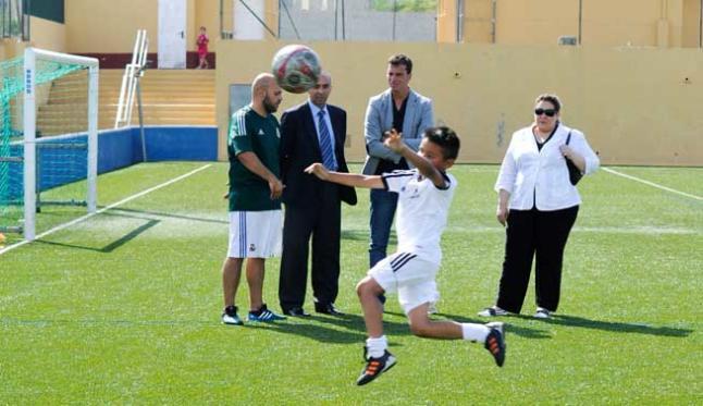 Un niño remata un balón ante la mirada del exfutbolista. SERGIO G. CAÑIZARES