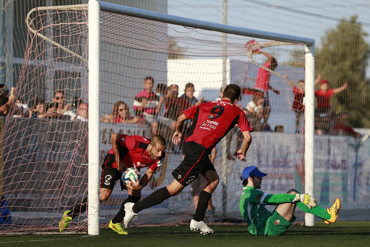 Óscar Tena marca un gol la pasada temporada.