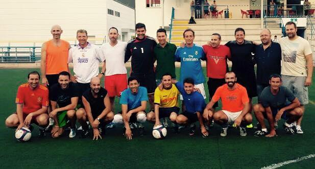 ALgunos de los legendarios jugadores del Sanra posan para una histórica foto junto a Mauro