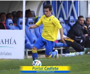 El jugador ibicenco conduce el balón por la banda en un partido con el Cádiz.