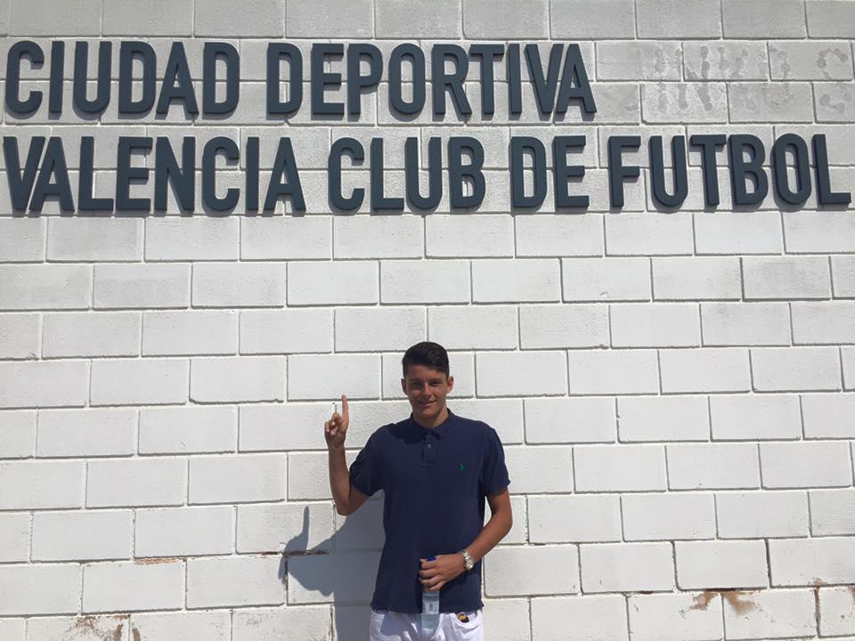 El joven portero posa en la ciudad deportiva del Valencia.