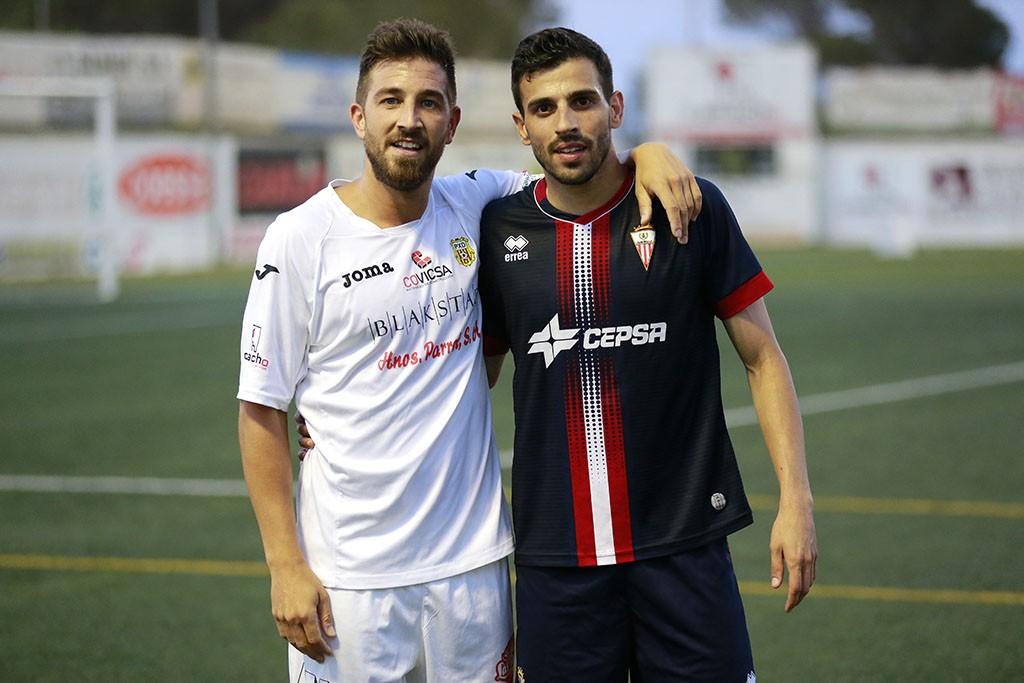 El jugador sevillano posa con un compañero del Algeciras.