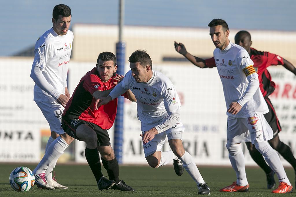 José Luis pugna un balón con Pepe Bernal durante el pasado derbi con el Formentera.