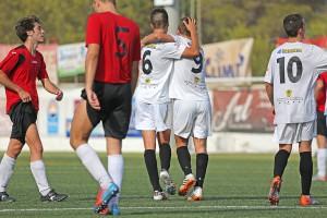 Dos jugadores de la Peña celebran un gol la pasada temporada.