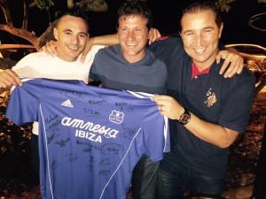 Julio, Mauro y Nacho Andrés muestran la camiseta firmada.