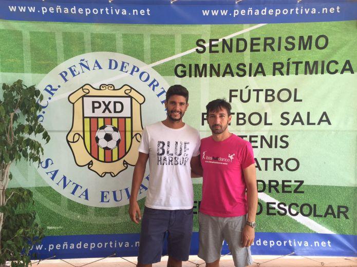 Carlos Tomás posa con el director deportivo de la Peña, Raúl Casañ.