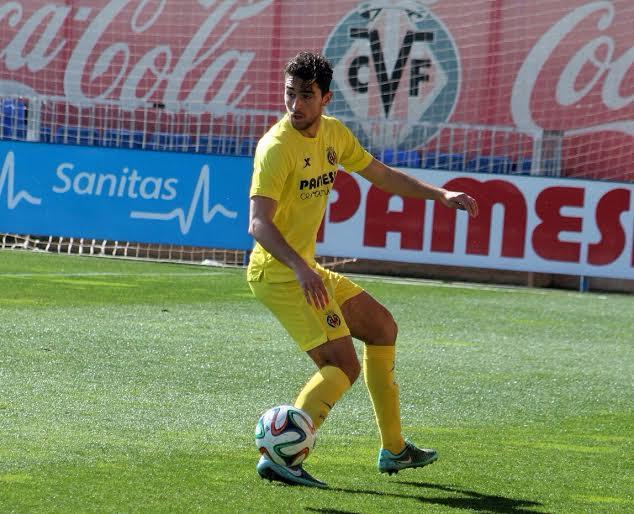 El jugador ibicenco controla un balón durante un partido.