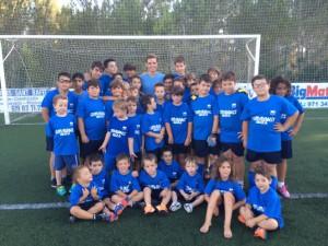 El jugador del Barça, rodeado de los niños del San Rafael.