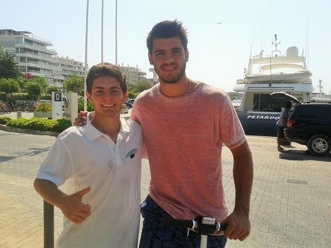 Álvaro Morata posa con Damián en el puerto deportivo de Ibiza Nueva