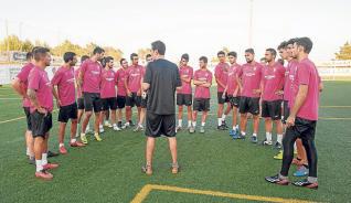 Dani Mori charla con sus jugadores (Foto: Sergio G. Cañizares).