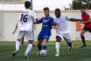 El camerunés Essomba presiona a Jordi Serra durante el primer partido de pretemporada.