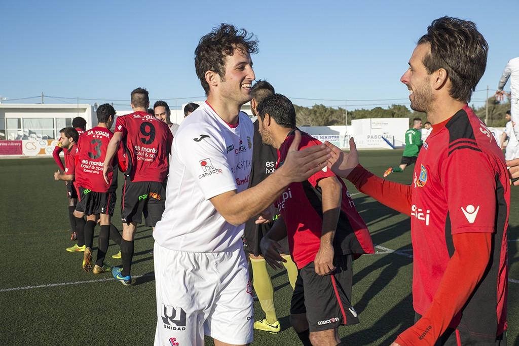 Diego Piquero saluda a Maikel, compañero suyo en el Formentera hace dos temporadas.