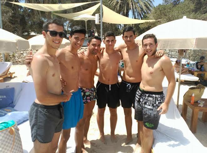 Xavi posa con varios aficionados en una playa de Ibiza.