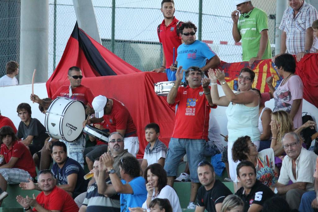 La hinchada del equipo formenterense quiere celebrar la primera victoria.