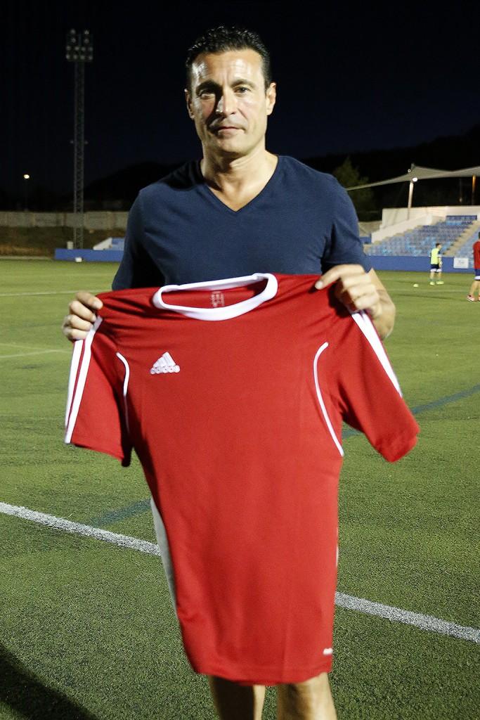 El presidente del club posa con la camiseta del Ibiza.