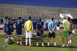 Momento de la charla que tuvo Amadeo Salvo con los jugadores.