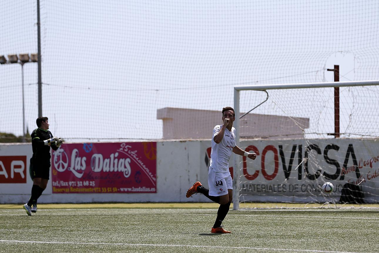 El delantero David Camps celebra su primer gol con la camiseta de la Peña Deportiva.