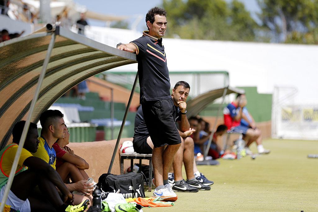 El entrenador de la Peña observa relajado los últimos compases del encuentro.