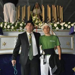 Muriana con su hijo Manuel, costalero igual que el padre.