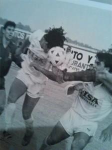 El técnico cabecea a gol un balón en su época como jugador de la Peña.
