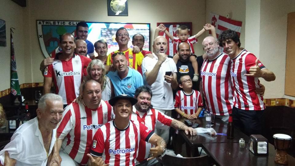 Algunos socios de la peña celebran la goleada al Barcelona.