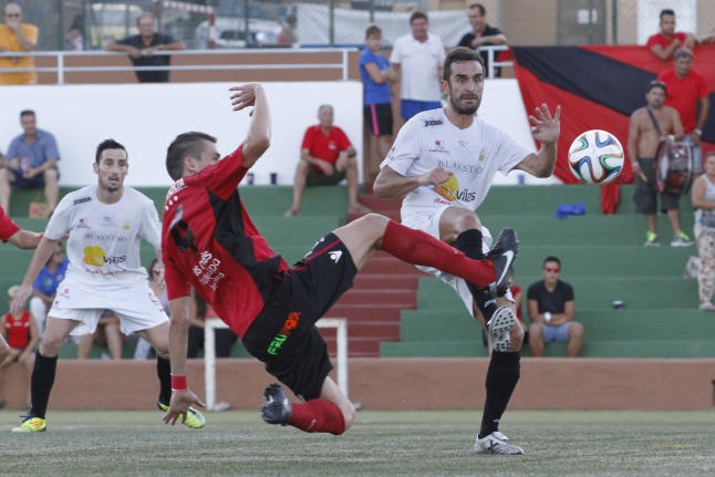 Entrada de Carlos Larra a Pacheta en un lance del partido. Foto: Vicent Marí
